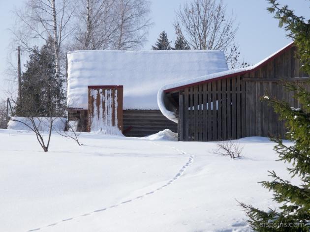 Uz kādiem vārdiem turas šis sniegs, kas pārkāries jumta malai – tas man palika noslēpums