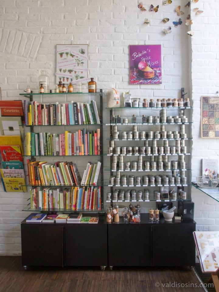 Grāmatas un pašu ražotas un fasētas garšvielas