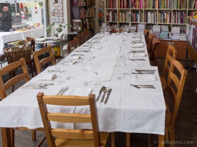 Galda klāšana vakara kursiem – nedaudz pārkraujot grāmatas un pārbīdot mēbeles, tiek izveidots galds vairāk kā desmit cilvēkiem