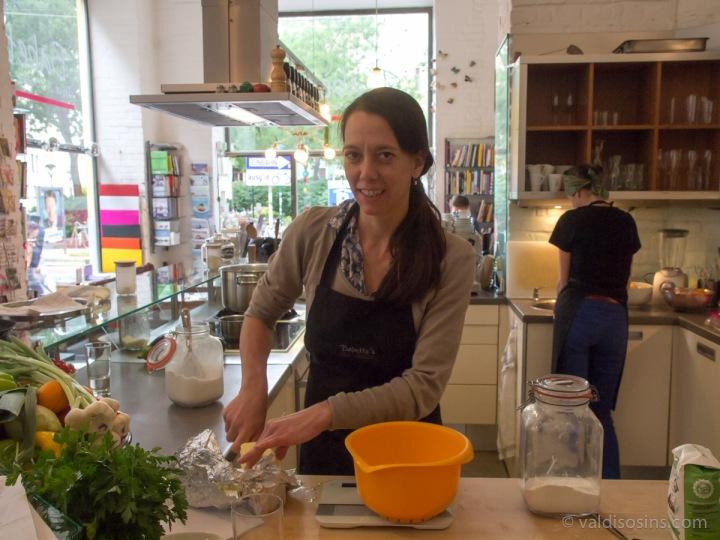 Veikala īpašniece Natālija sāk sagatavošanas darbus vakara nodarbībām