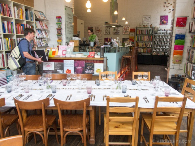 Ar zināmu jautrību tika apspriesta apmeklētāja rokās esošās grāmatas cena, šķiet, simt septiņdesmit pieci eiro (viena no piecām grāmatām sērijā).