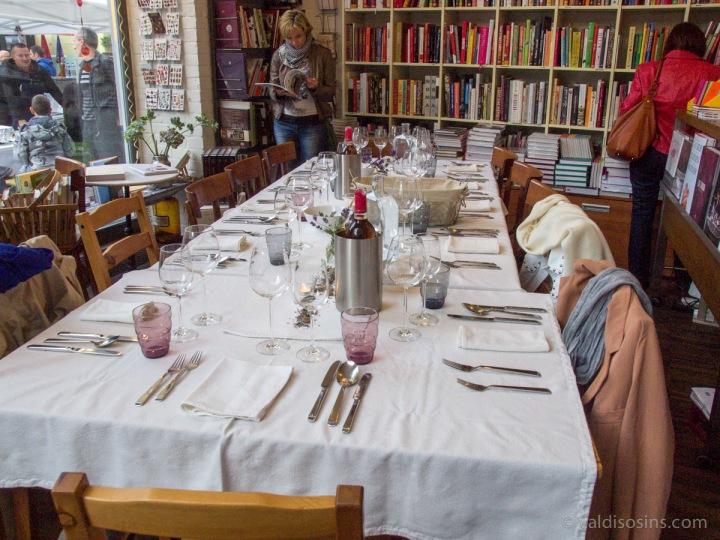Vakars sācies, pirmie kursu apmeklētāji klāt, arī maize un vīns jau nonākuši uz galda