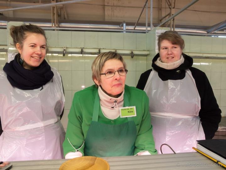 Dziedātājas Kristīne Freiberga un Krista Lubiņa kopā ar pārdevēju Rūtu Balodi.