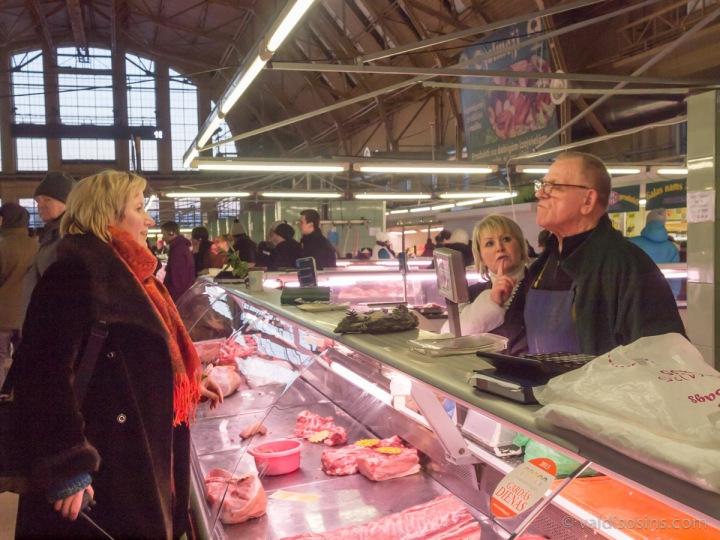 Pasākuma režisore Krista Burāne sarunā ar visilggadīgāk tirgū strādājošo gaļas izcirtēju Kārli Pumpuriņu.