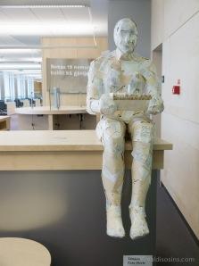 Vietām lasītavās izvietoti mākslas objekti – šajā daļā mākslinieces Zanes Elertes darbs