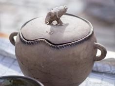 Ukraiņu tēlnieka un keramiķa Oresta Misjko veidota tadžīna