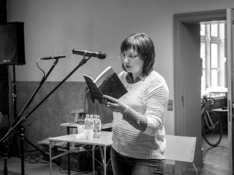 """Ilze Sperga, sociālajā vidē pazīstama arī kā Saprge (blogs www.naktineica.lv), līdz asarām izsmīdināja visus, lasot stāstu no savas pirmās grāmatas """"Dzeiveiba"""""""