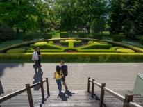 Sanitas Reinbergas veidotais Talsu saules simbols muzeja priekšā