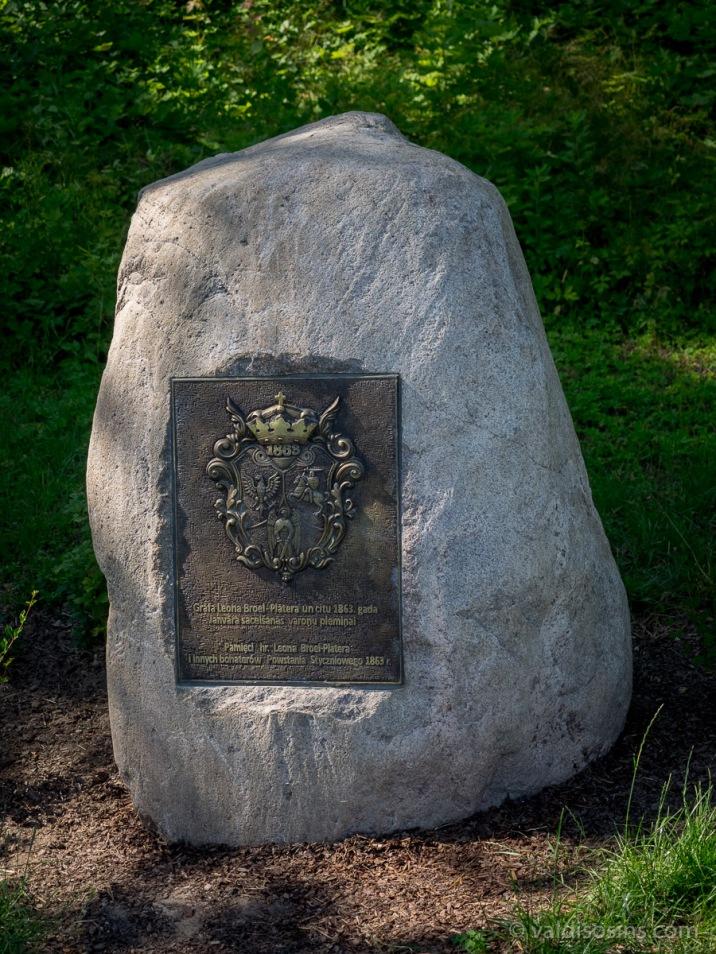 Piemiņas akmens pie pilskalna par godu grāfam Plāteram