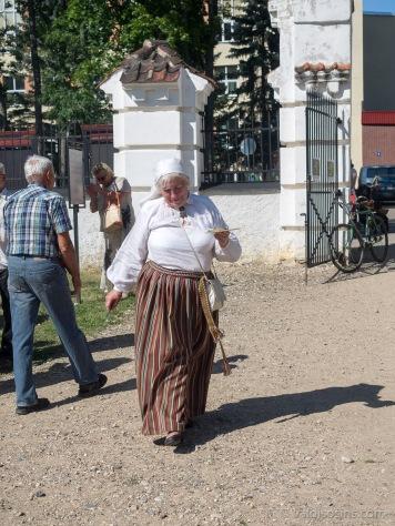 Kundze, kaut nerunāja latviski, tomēr lepni nesa tautas tērpu un cienāja ar bļīnām