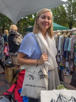 Kalnciema ielas tirdziņš. Agnese demonstrē savas somas.