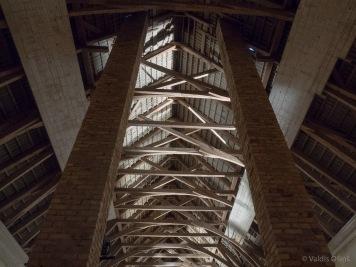 Griestu konstrukcijas, kuras no sāniem sāktas apšūt ar dēlīšiem