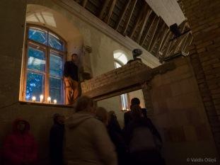 Skatītāju bija tik daudz, ka iekļūt baznīcas iekštelpā daudziem nebija iespējams.