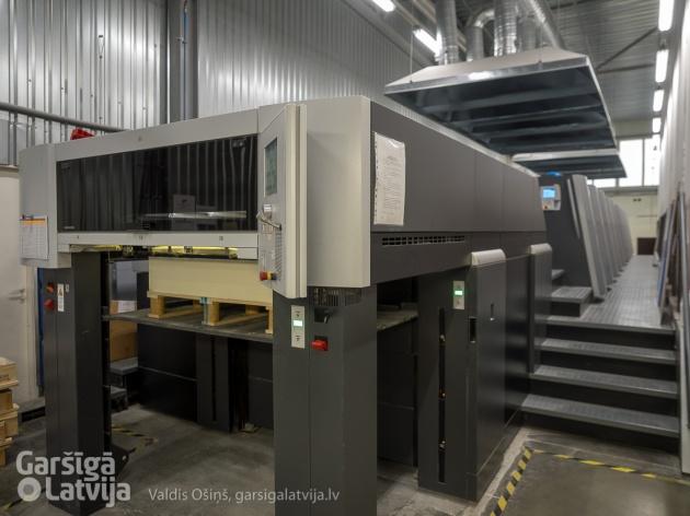Heidelberg Speedmaster UV mašīna ar vienlaicīgu abpusējo druku, kuras krāsa nožūst iznākot no mašīnas.